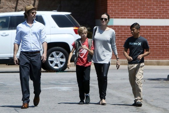 Brad Pitt and Angelina Jolie at Toys R Us With Kids Shiloh and Pax