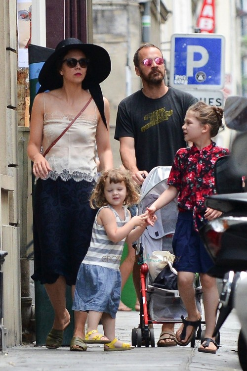 Maggie Gyllenhaal and Peter Sarsgaard in paris with their daughters Ramona and Gloria