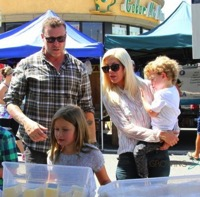 Tori & Dean Visit The Market With Their Kids!