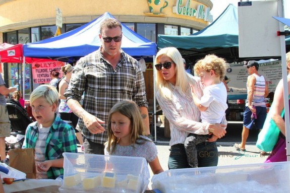 Tori Spelling and Dean McDermott at the farmer's market with their kids Liam, Stella, Finn and Hattie