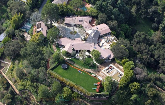 Ben Affleck & Jennifer Garner are looking to sell their Pacific Palisades estate