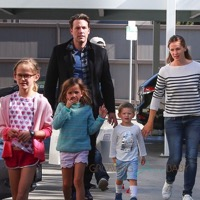 Ben Affleck & Jennifer Garner Stop By Cake Mix With Their Kids!