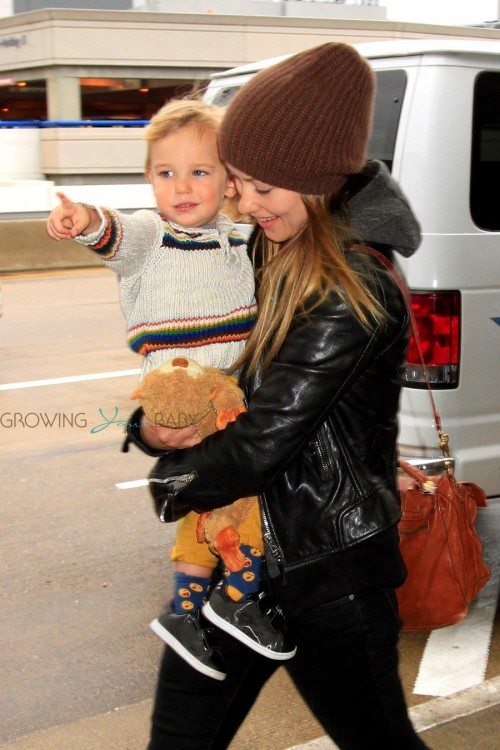 Otis Alexander points his way around at LAX with mom Olivia Wilde