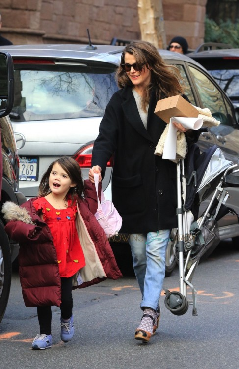 Pregnant Keri Russell arrives home with her daughter Willa