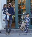 Scott Disick takes his kids Mason and Penelope to Barnes & Noble in Calabasas, California on December 31, 2015