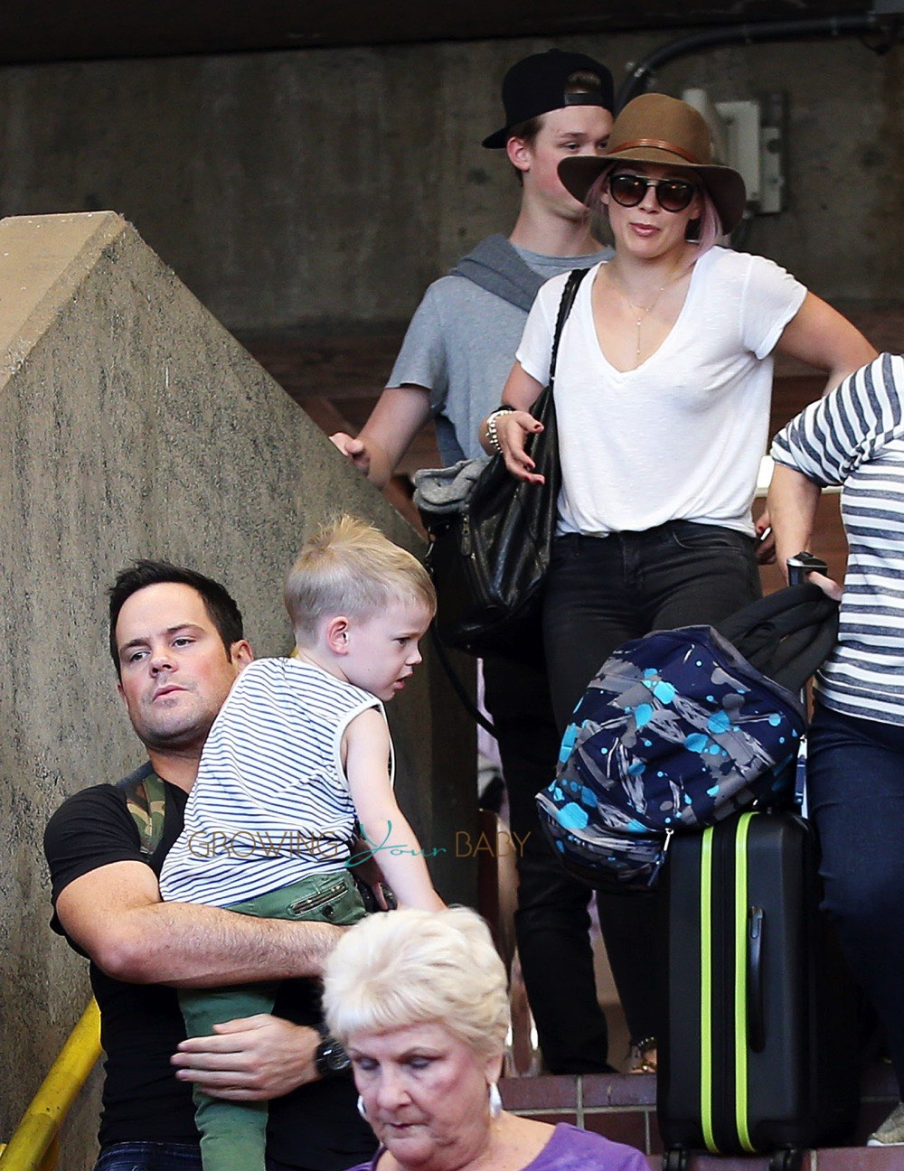 Hilary Duff Spotted At The Maui Airport | Babyrazzi