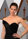 Jennifer Garner walks the red carpet at the 88th Annual Academy Awards