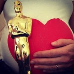 anne hathway shows off her pregnant belly and her Oscar