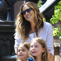 Sarah Jessica Parker Helps Her Twins With Their Lemonade Stand