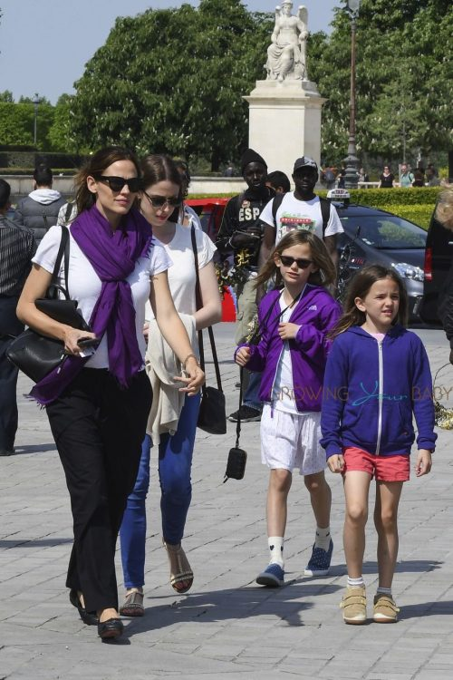 Jennifer Garner tours the Eiffel Tour With Her kids