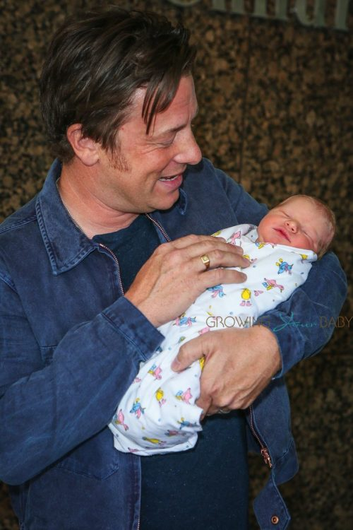 jamie oliver craddles his baby boy outside the hospital growing your baby growing your baby. Black Bedroom Furniture Sets. Home Design Ideas