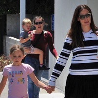 Jennifer Garner Lunches With Her Kids in Santa Monica
