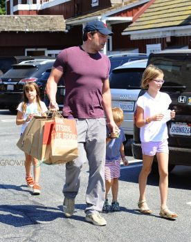 Ben Affleck arrives at the market with his kids Violet, Seraphina and Sam