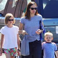 Jennifer Garner Grabs Breakfast With Her Kids