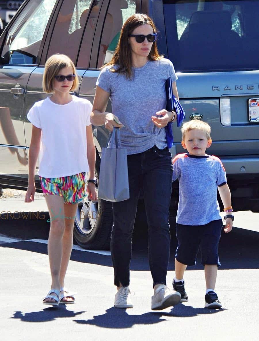 jennifer-garner-out-in-la-with-kids-violet-and-sam-affleck