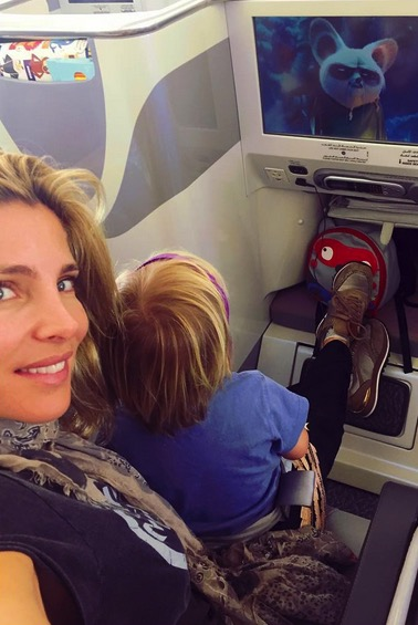 Elsa Pataky on the airplane with her son