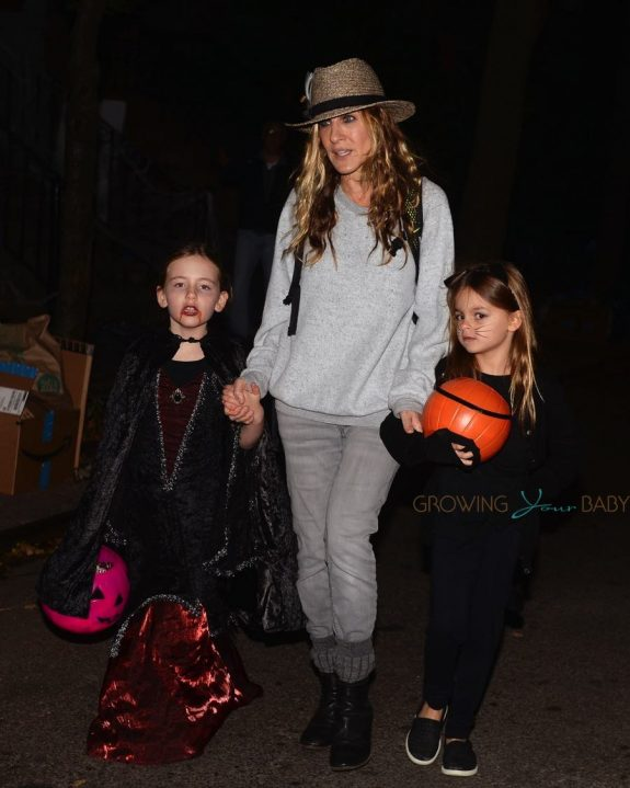 sarah jessica parker trick or treats with her twins