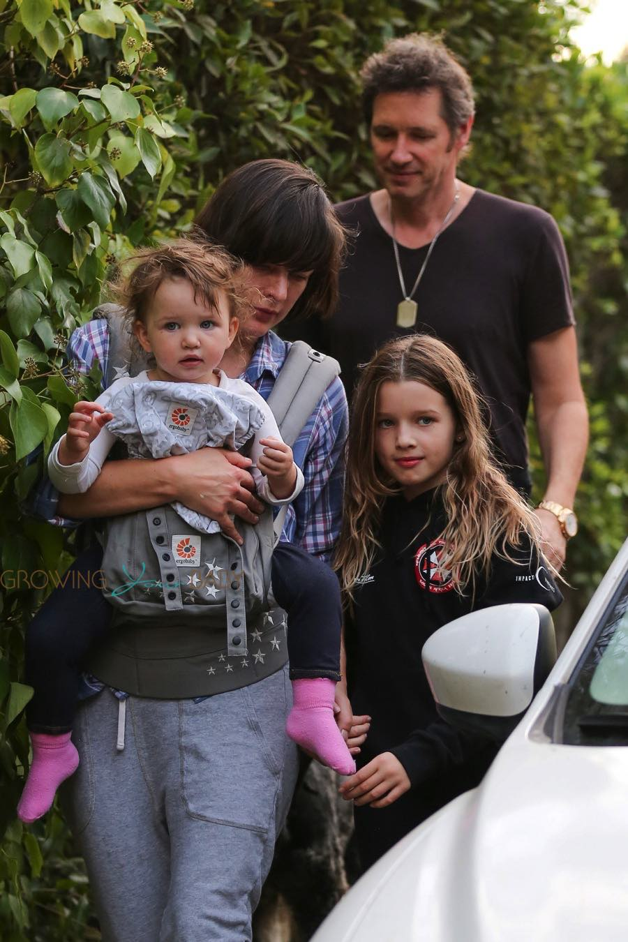 Three princesses: Milla Jovovich and her daughters fascinated the Internet 31