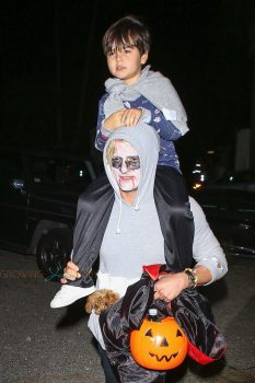 Orlando Bloom carried Flynn on his shoulders as they trick-or-treated in Malibu.