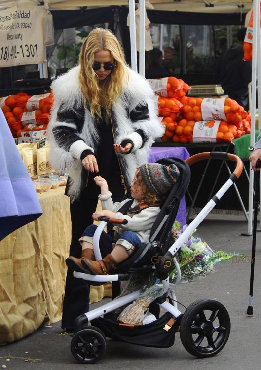 rachel-zoe-and-her-family-shop-at-a-farmers-market-in-los-angeles-california-on-november-27-2016