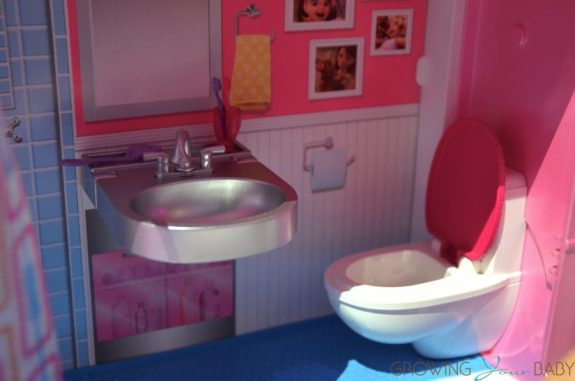 Barbie DreamCamper 2017 - bathroom