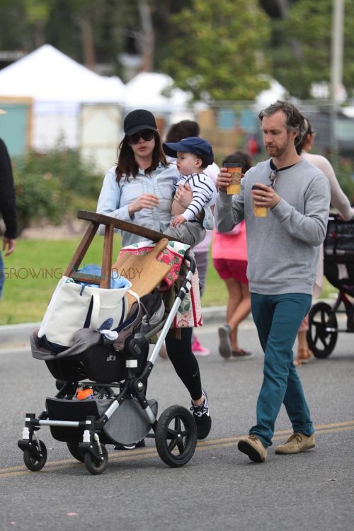 Anne Hathaway Spends Mother S Day At The Market With Her