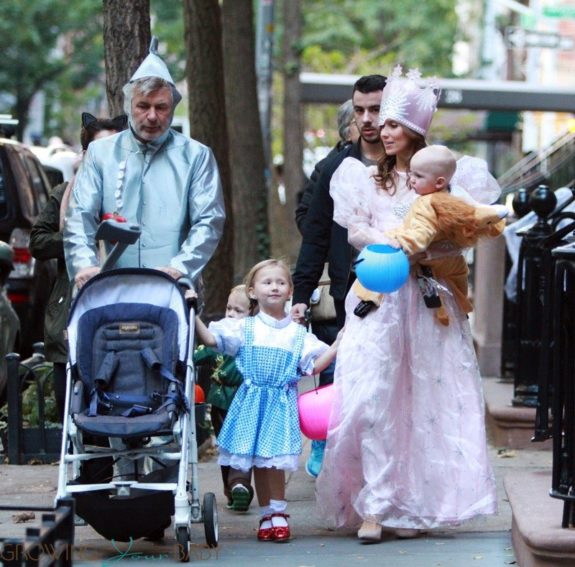 Alec-Baldwin-and-Hilaria-Baldwin-Trick-or-Treat-as-The-Wizard-of-Oz-cast