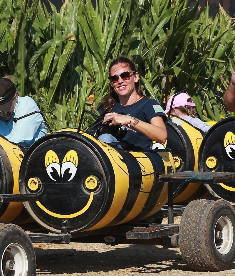 Jennifer-Garner-rides-the-Bee-Cart-at-Underwood-Farms