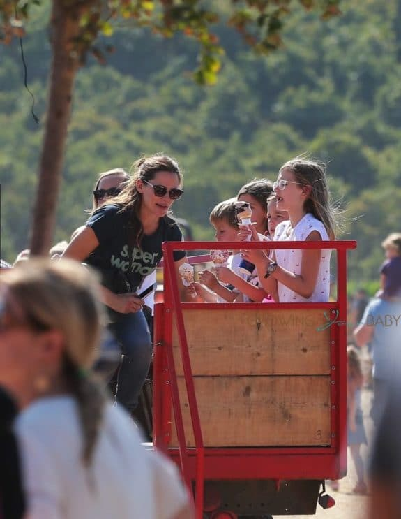 Jennifer-Garner-picks-pumpkins-at-underwood-farms