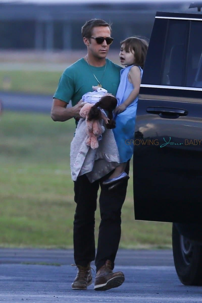 Ryan-Gosling-at-the-airport-with-his-daughter