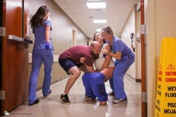 Mom gives birth in hospital hallway