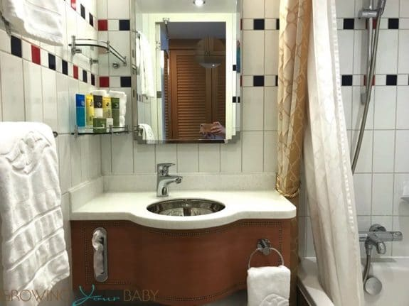 Disney Dream Deluxe Oceanview with Verandah - bathroom