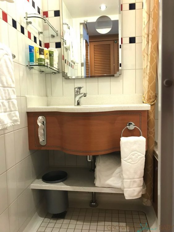 Disney Dream Deluxe Oceanview with Verandah - bathroom with tub