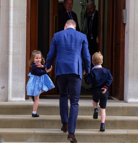 Prince William arrives at St. Mary's hospital with kids Prince George and Prince Charlotte