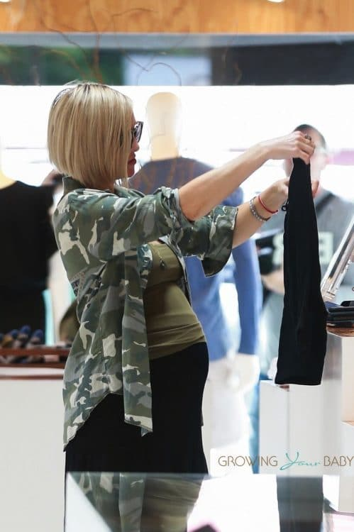 Pregnant Kate Hudson goes shopping with Goldie Hawn