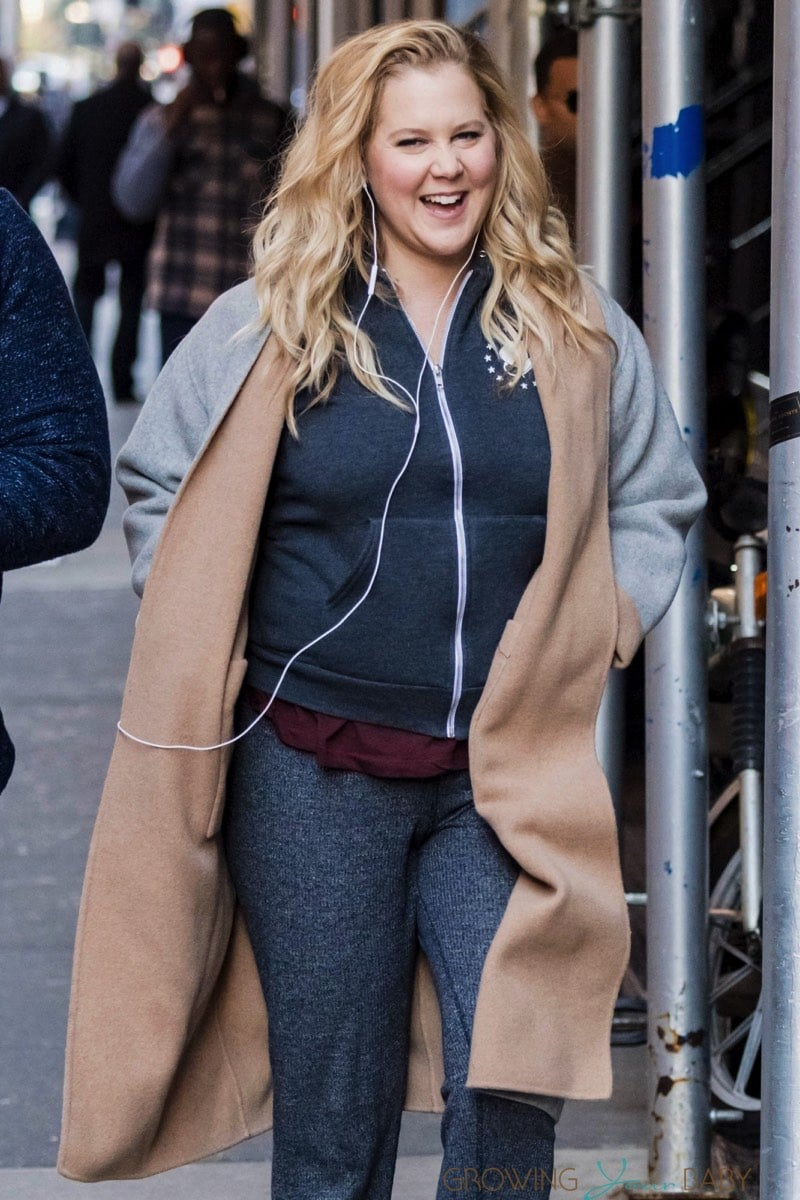 Pregnant Amy Schumer Walks Through Nyc After Photoshoot Growing Your Baby