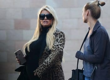 Pregnant Jessica Simpson enjoys a Christmas event with her family f