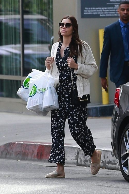 Jessica Biel has her hands full as she leaves Health Mart