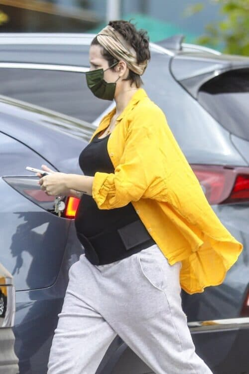 Pregnant Singer-Songwriter Halsey is out shopping for groceries