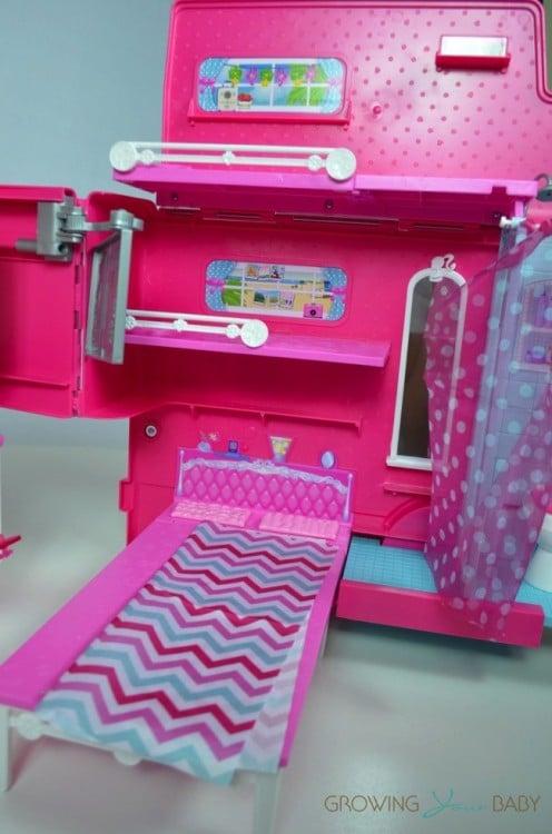 Barbie Sisters Glam Camper 2014 - bedroom