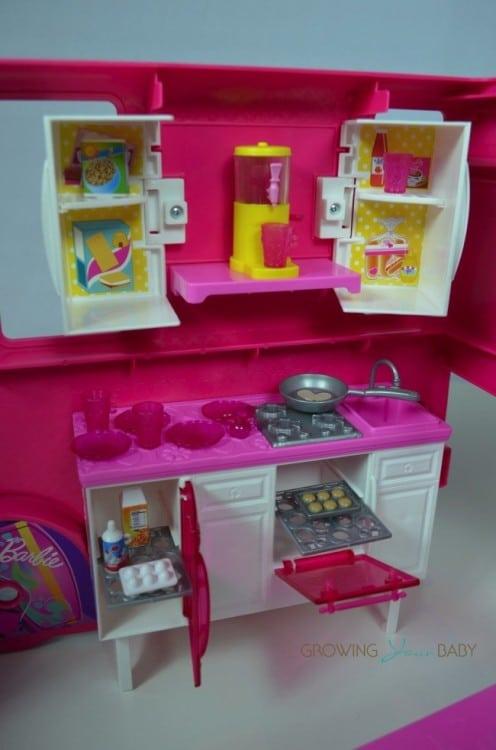Barbie Sisters Glam Camper 2014 - kitchen