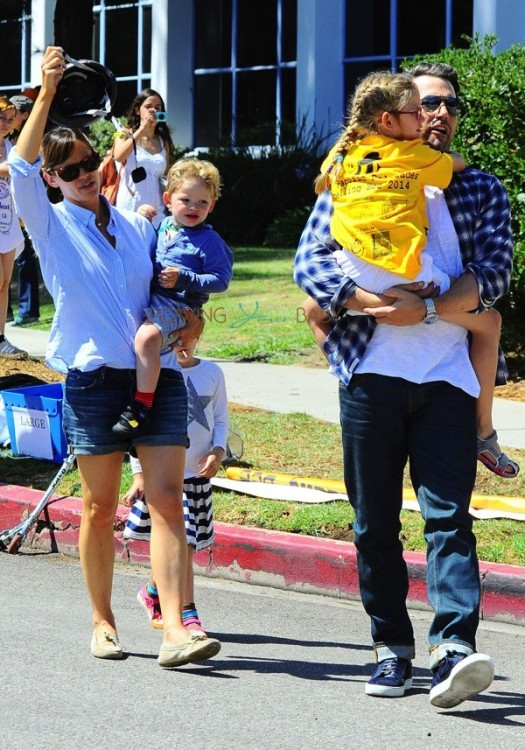 Ben Affeck and Jennifer Garner with kids Violet, Sam and Seraphina at 4th of July Parade in Pacific Palisades