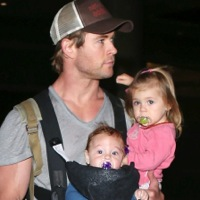 Chris Hemsworth & Elsa Pataky Arrive in LA With Their Crew!