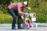 Eric Dane helps his daughter Georgia ride her bike
