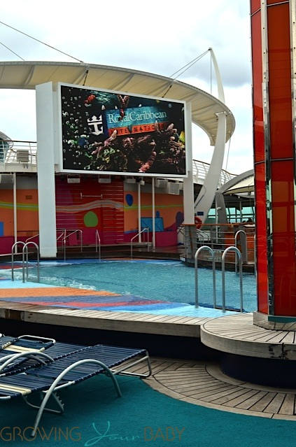 Freedom of the Seas - main pool movie screen