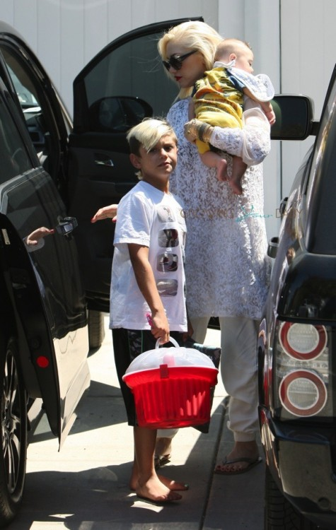Gwen Stefani at Rachel Zoe's house with sons Kingston and Apollo