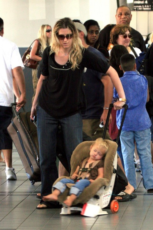 EXCLUSIVE:  Heath Ledger drops his nanny and baby daughter, Matilda Rose Ledger, off at the airport