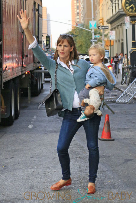 Jennifer Garner tries to hail a cab in NYC