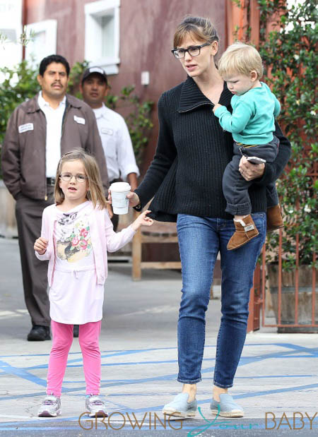 Jennifer Garner Takes Her Kids To Breakfast