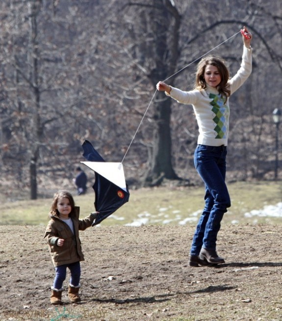 Keri Russell flies a kite with her daughter Willa Dreary on the set of the Americans